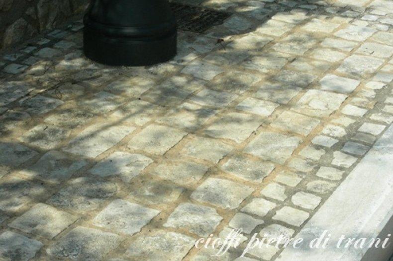 Saltano le mattonelle marciapiede pericoloso in via montebello