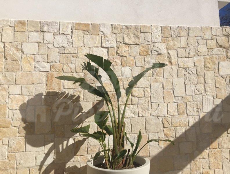 Rivestimenti in pietra di trani tranciata